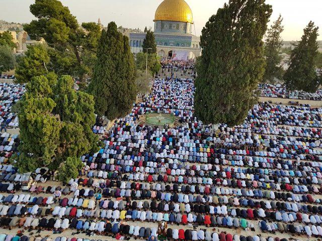 الآلاف يؤدون صلاة عيد الفطر في رحاب الأقصى