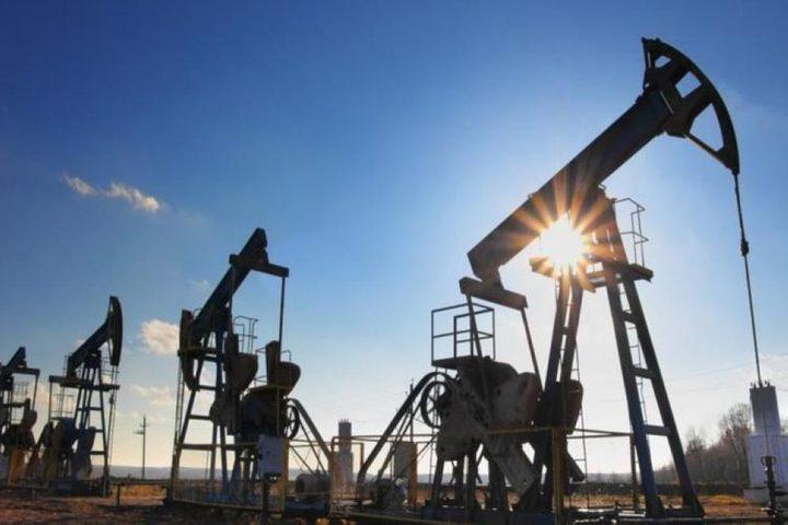 النفط يتراجع بعد ارتفاع مفاجئ لمخزونات أميركا