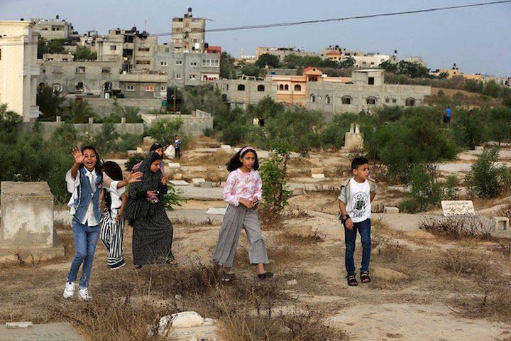 عدد من المواطنين في مدينة خانيونس جنوب القطاع ، يزورون المقابر في العيد  لقراءة الفاتحة لموتاهم.