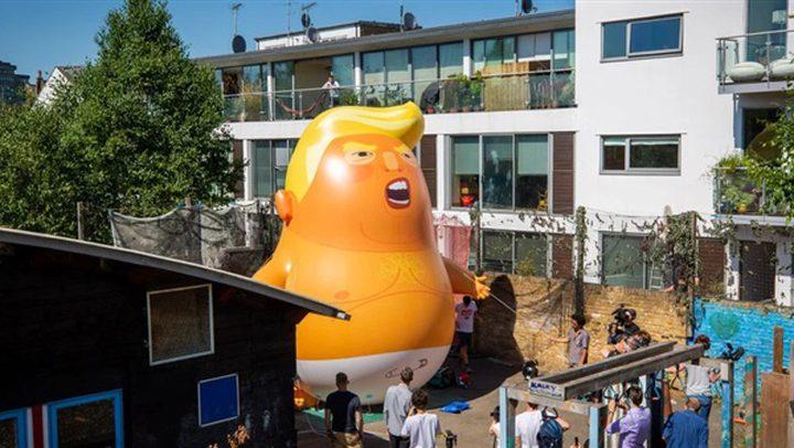"""بالونات """"ترامب الساخرة"""" تلاحق الرئيس الأمريكي إلى لندن!"""