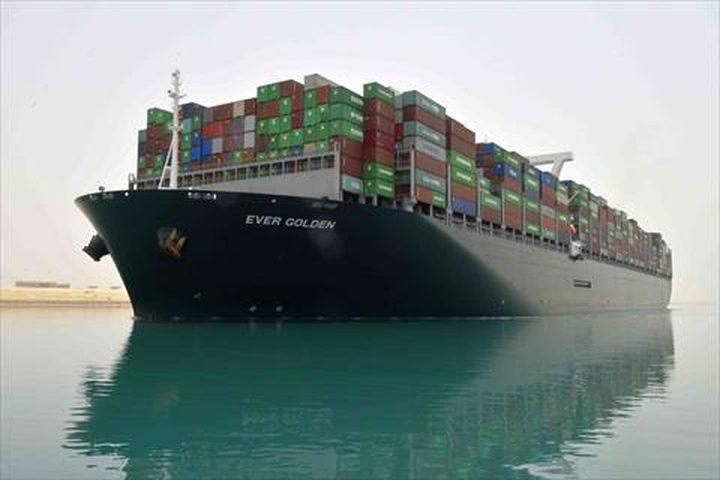إحدى أكبر سفن الحاويات في العالم تعبر قناة السويس