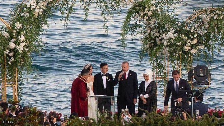أوزيل يتجاهل الانتقادات.. ويتزوج بحضور أردوغان