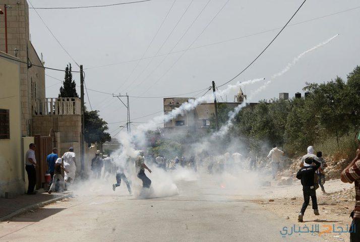 اصابات بالاختناق خلال قمع الاحتلال لمسيرة بلعين الاسبوعية