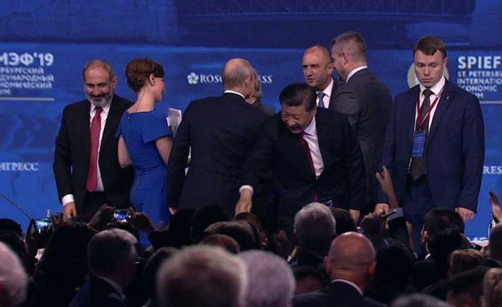 حرس بوتين ينقذون الرئيس الصيني من السقوط في منتدى بطرسبوغ