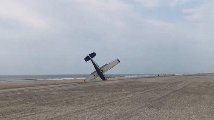 شاهد طائرة تهبط اضطراريًا على شاطئ أمريكي