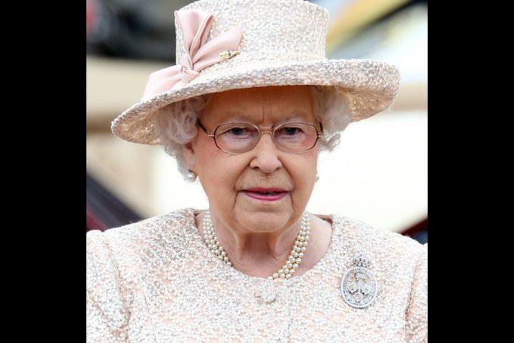 السر وراء دبوس الملكة اليزابيث