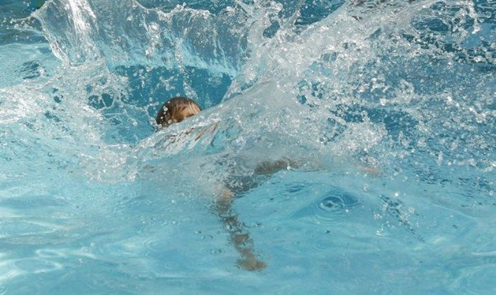 غرق طفل ببركة سباحة وصفت حالته بالحرجة بالجليل المحتل