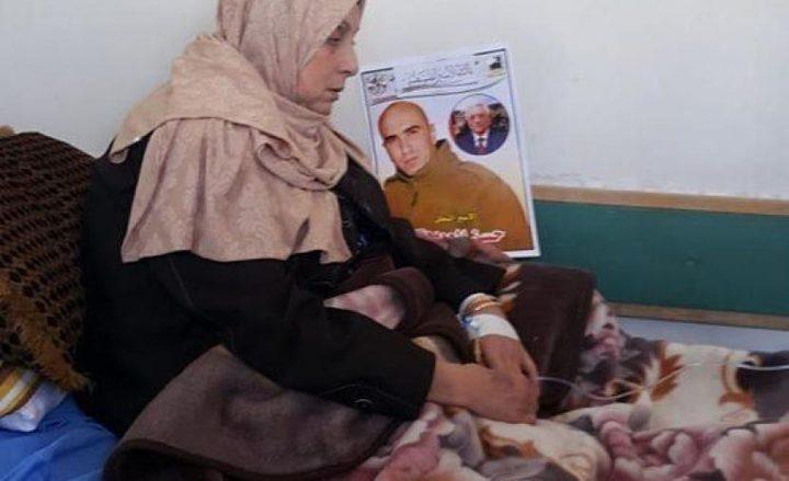 والدة الأسير حسن العويوي تخوض إضرابا  عن الطعام