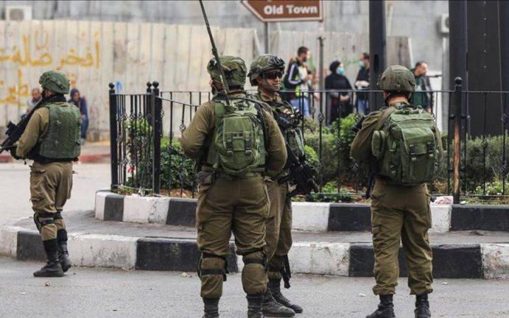 الاحتلال يقتحم محلاً تجارياً في الخليل ويطارد عددا من الاطفال