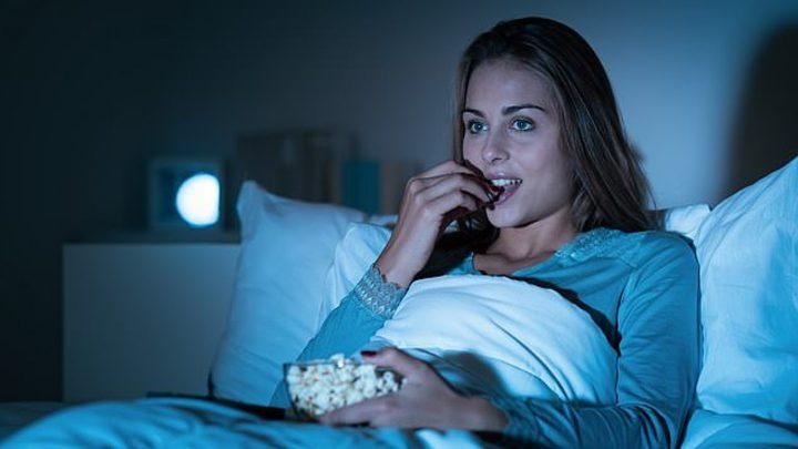 النوم بوجود ضوء التلفاز قد يؤدي إلى زيادة في الوزن