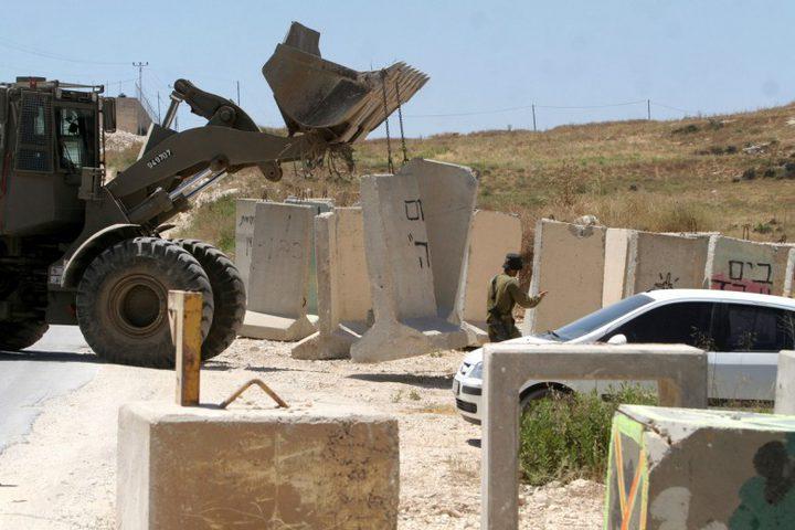 الاحتلال يغلق طريقا ترابية شمال رام الله