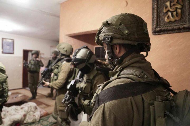"""الاحتلال يعتدي بالضرب على المواطن """"أبو جارور"""" ونجله"""