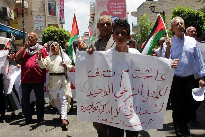 شارك عشرات من المواطنين، اليوم السبت، بوقفة احتجاجية، وسط مدينةرام الله، تنديداً بصفقة القرنوورشة المنامة، التي دعت إليها الإدارة الأمريكية، معلنين موقفهم الموحد تجاه القضية الفلسطينية.