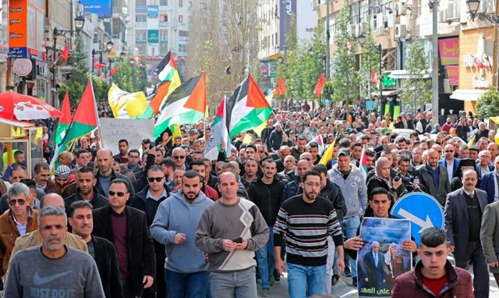 تظاهرة حاشدة وسط رام الله تنديداً بصفقة القرن وورشة البحرين