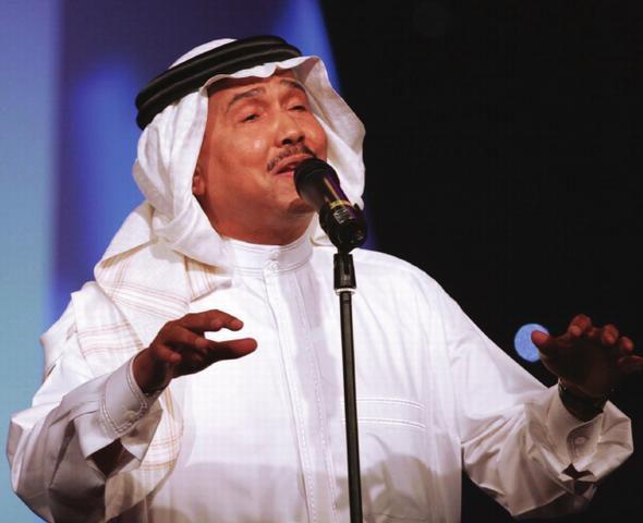 ردة فعل غريبة من محمد عبده بعد أن وقفت على جبينه جرادة أثناء حفله