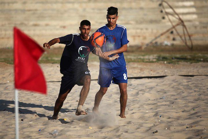 لاعبون فلسطينيون يتنافسون في مباراة كرة الشاطئ خلال مسابقة محلية ، على شاطئ البحر الأبيض المتوسط ، غرب مدينة غزة