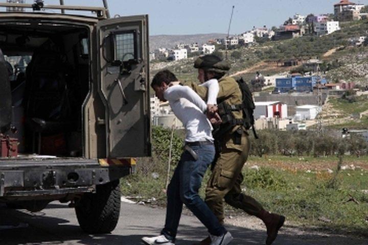 الاحتلال يعتقل شابين من قرية العيساوية  شرق القدس