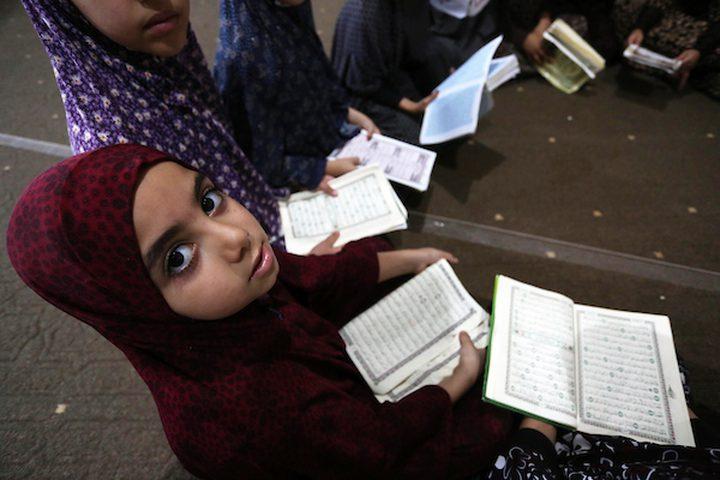 امرأة فلسطينية معاقة ، إيمان أبو سبحة ، 33 عاماً ، تقدم درساً في تحفيظ القرآن الكريم ، خلال عطلة صيفية في مسجد ، في خان يونس في جنوب قطاع غزة.