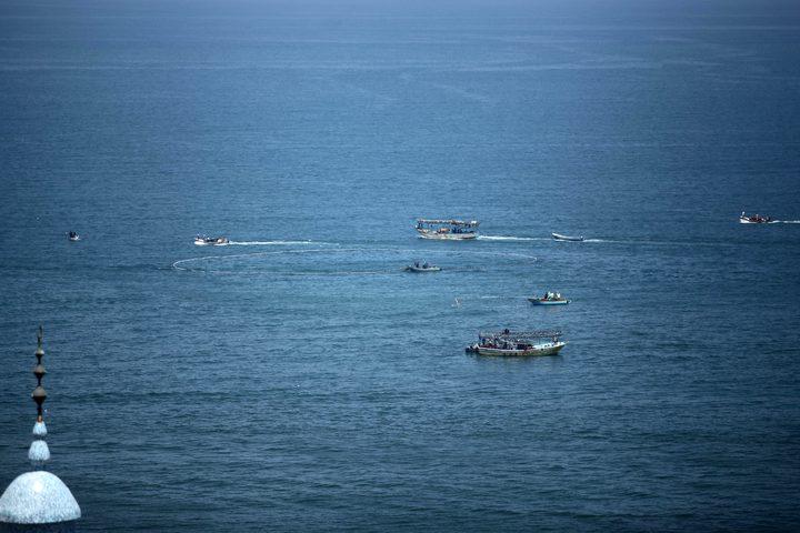 صيادون فلسطينيون ييبحرون بقواربهم في ميناء غزة بعد قرار الاحتلالبفتح بحر غزة بعد إغلاقه لعدة أيام