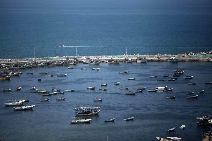 صيادون فلسطينيون ييبحرون بقواربهم في ميناء غزة بعد قرار الاحتلالبفتح بحر غزة