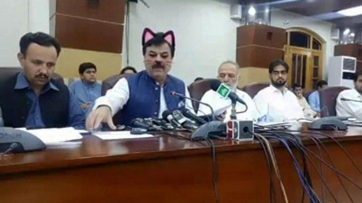 """وزير باكستاني يظهر بـ""""فلتر القطة"""" خلال بث مباشر"""