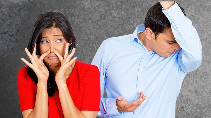 لكي لا تشعر بالحرج : نصائح للتخلص من رائحة العرق المزعجة