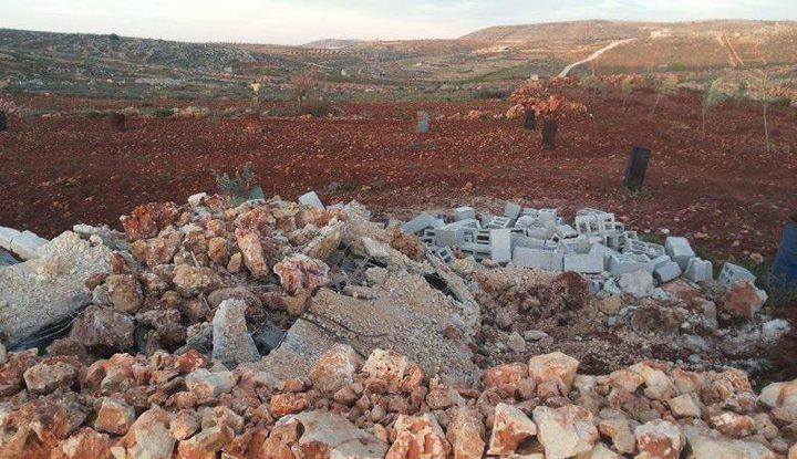 الاحتلال يهدم غرفة زراعية ويدمر أشجارا جنوب نابلس