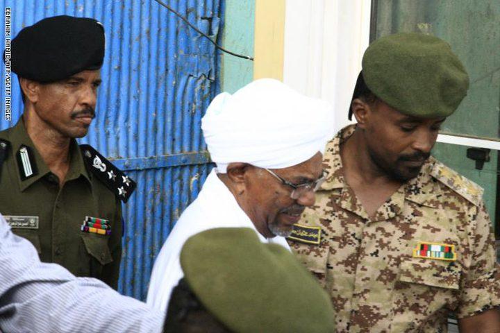 الجنائية الدولية تطالب بتسليم البشير أو محاكمته