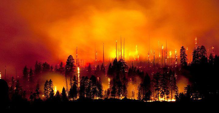آلاف الكنديين يغادرون منازلهم بسبب حرائق غابات