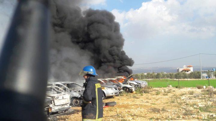 الدفاع المدني يخمد حريقاً نشب في مشطب سيارات بالعيزرية