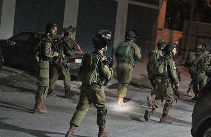 حملة اعتقالات طالت (8) مواطنين في الضفة