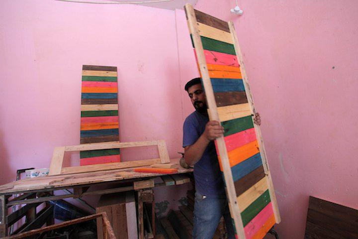 الشاب هيثم مقداد ، 35 عامًا ،يعمل على الخشب لصنع الأثاث في ورشته ،في مدينة غزة. يعمل مقداد مع ألواح الخشب وقطعه المستخدمة لصنع الأثاث الفني والإبداعي.