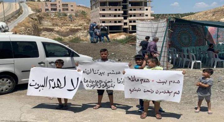مئات المواطنين يؤدون صلاة الجمعة في حي وادي الحمص