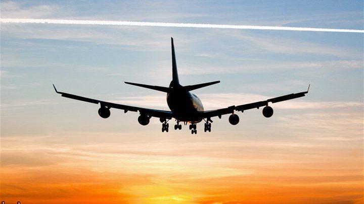 أثناء الهبوط... انزلاق طائرة عن المدرّج (فيديو)