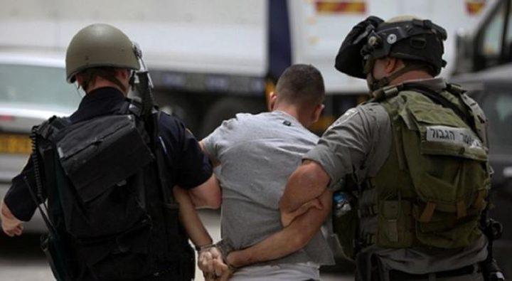 اعتقال فتى والاعتداء على مسن في الخليل