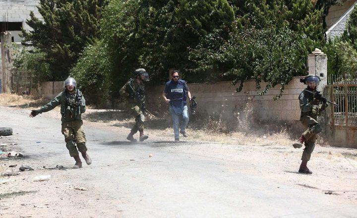 الاحتلال يعتدي على مواطنين ويعتقل ثلاثة جنوب الخليل