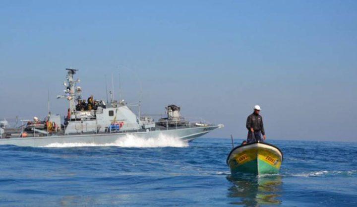 بحرية الاحتلال تصيب صيادا وتعتقل آخر جنوب القطاع