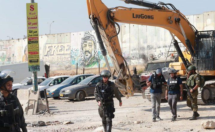 الخليل :الاحتلال يستولي على رافعة كهرباء ومركبة خدمات في بيت أمر