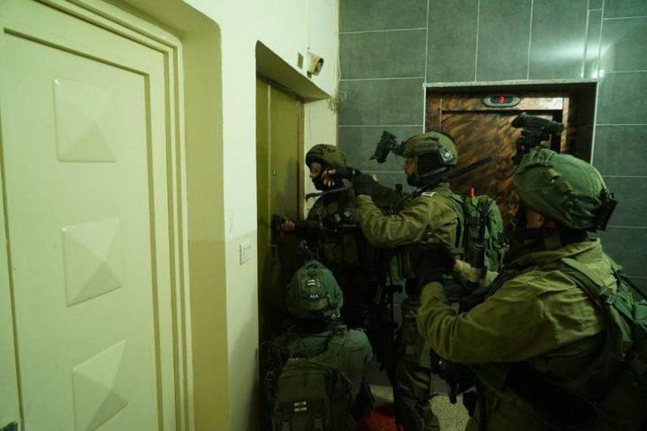 الاحتلال يسلب مبلغا ماليا من مواطن ويستدعيه لمراجعة مخابراته