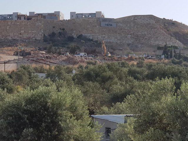 ديربلوط: الاحتلال يهدم بركسات مشيدة منذ 30 عاماً