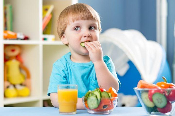 طرق مبتكرة لإقناع الطفل بتناول الفاكهة
