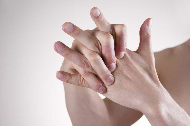 هل تعد فرقعة الأصابع عادة خطرة فعلا ؟