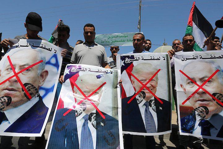 """أطلق المواطنون شعارات أثناء احتجاجهم على ورشة العمل الاقتصادية في البحرين ، في خان يونس جنوب قطاع غزة ،اليوم الأربعاء.  جدير ذكره أن كبير المستشارين جاريد كوشنر  قال إن خطته للشرق الأوسط كانت """"فرصة القرن"""" للفلسطينيين لكن قبولهم كان شرطا مسبقا للسلام."""