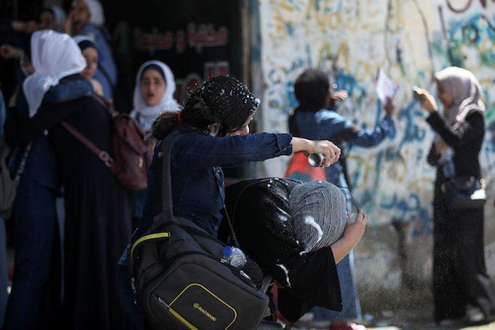 """طالبات الثانوية العامة في غزة ، يحتفلن باليوم الأخير في امتحانات الثانوية النهائية ، والمعروفة باسم """"التوجيهي"""" جدير ذكره أنه تقدم أكثر من 76130 طالبًا في الضفة الغربية وقطاع غزة لاختبار التوجيهي الذي يؤهلهم للدخول الجامعة."""