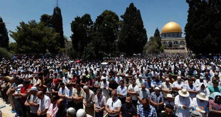 """آلاف المواطنين يؤدون """"الجمعة"""" في المسجد الأقصى المبارك"""