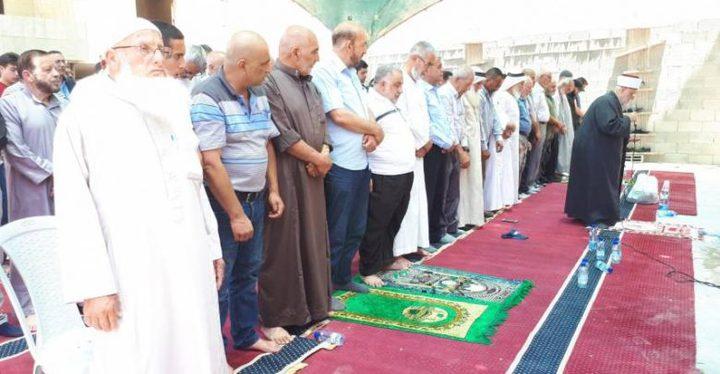 مواطنون يؤدون الصلاة في واد الحمص المهدد بالهدم
