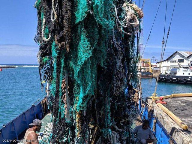 سحب 40 طنا من شباك الصيد المهجورة من دوامة نفايات المحيط الهادئ