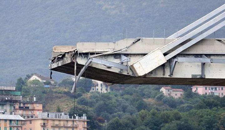 شاهد لحظة تفجير جسر جنوى في ايطاليا