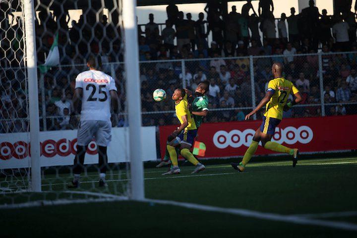 لاعبون فلسطينيون من نادي خدمات رفح ، ولاعبون من نادي شباب بلاطة ، يلعبون خلال بطولة كأس فلسطين ، في رفح في جنوب قطاع غزة ،اليوم الاحد.  انتهت اللعبة تعادل 1-1 في مباراة الذهاب من نهائي كأس فلسطين.
