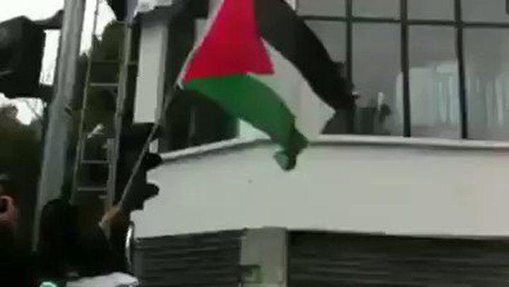 علم فلسطين يرفرف فوق القنصلية الإسرائيلية بباريس.